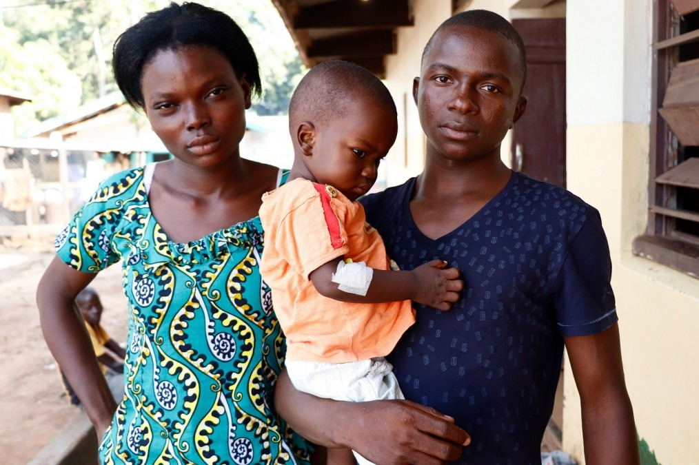 Méda and Mathuri with their son Therence, 18 months old. It is the fourth time that Therence suffers from malaria. CAR, September 2018. © Elisa Fourt/MSF