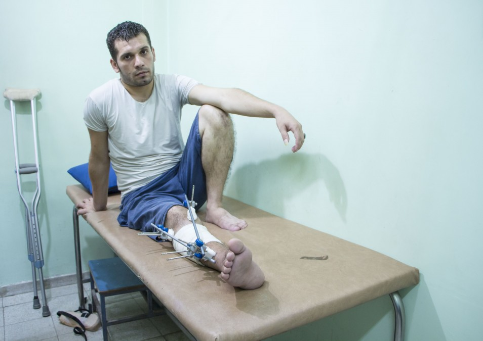 Mohammed, 28 ans, a été blessé par balle à Gaza. Il attend de savoir s'il pourra se rendre en Jordanie pour recevoir d'autres soins pour sa blessure. Palestine. Septembre 2018. ©Alva Simpson White/MSF