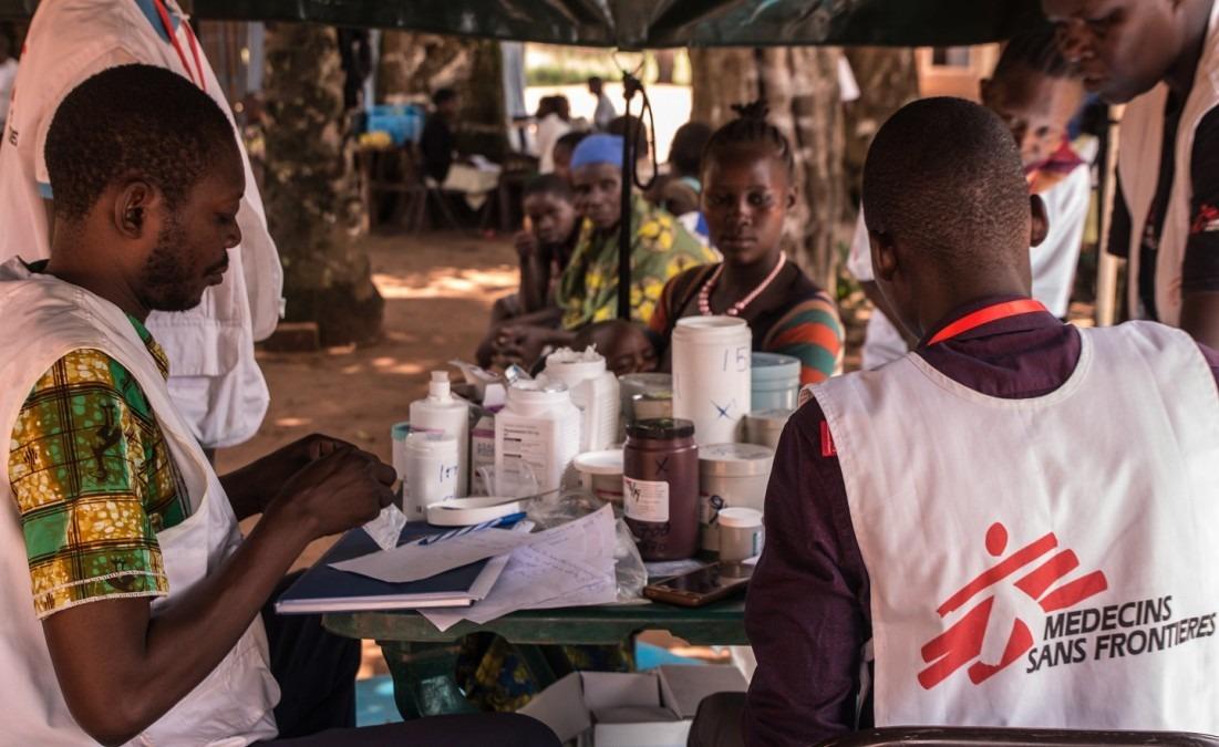 MSF s'implante aux alentours de Yambio, où les anciens enfants soldats et la communauté peuvent avoir accès aux soins. Les enfants peuvent également y rencontrer les équipes de santé mentale. Soudan du Sud, août 2018. © Philippe Carr/MSF