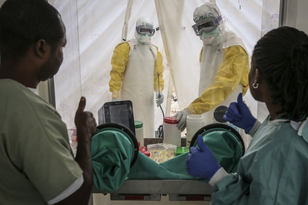 Rollin, technicien de laboratoire de MSF, et Nel, de l'INRB (Institut National de Recherche Biomédicale). C'est la première fois en RDC qu'un laboratoire de recherche est intégré au Centre de traitement Ebola. RDC, septembre 2018. Carl Theunis/MSF
