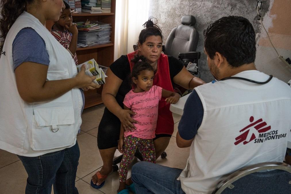 Piedad, une migrante venant du Honduras, tient sa fille lors d'une consultation avec les équipes MSF à Reynosa. Mexique, mai 2017. © Dominic Bracco