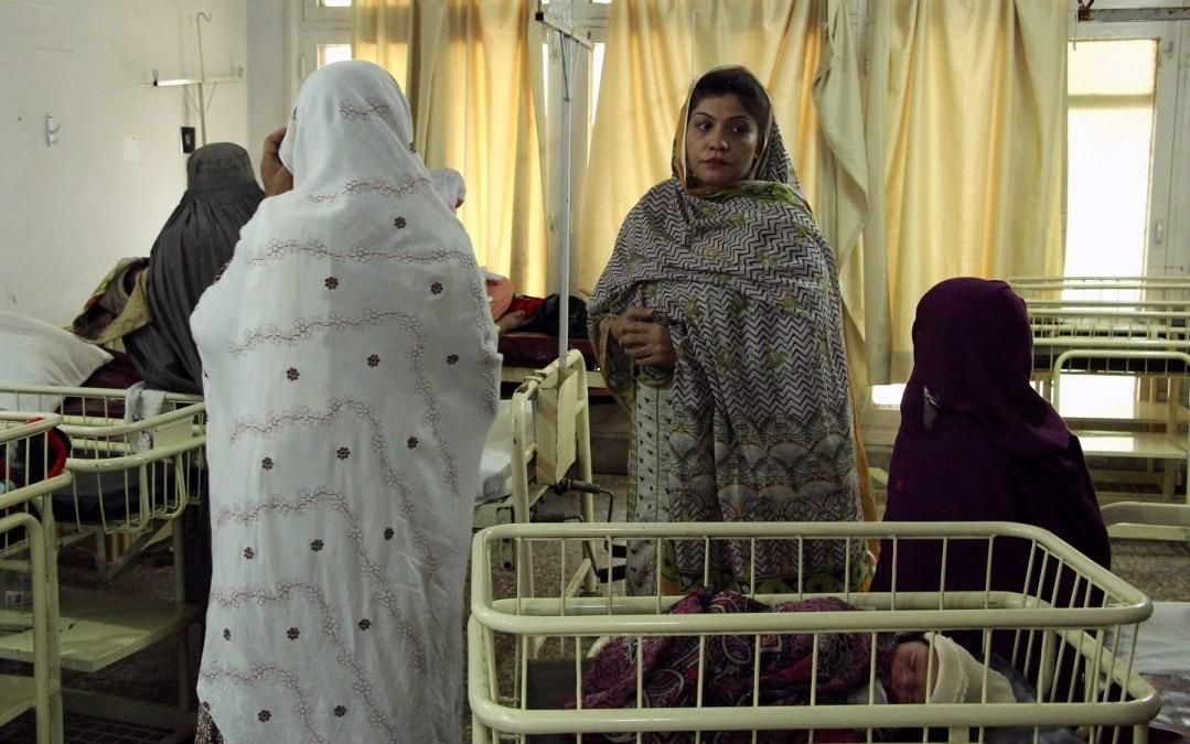 Dans le service d'hospitalisation, des promoteurs sanitaires rencontrent les femmes pour les sensibiliser à divers sujets tels que la vaccination, l'hygiène ou l'usage adéquat des médicaments. Pakistan, octobre 2018. © Laurie Bonnaud/MSF
