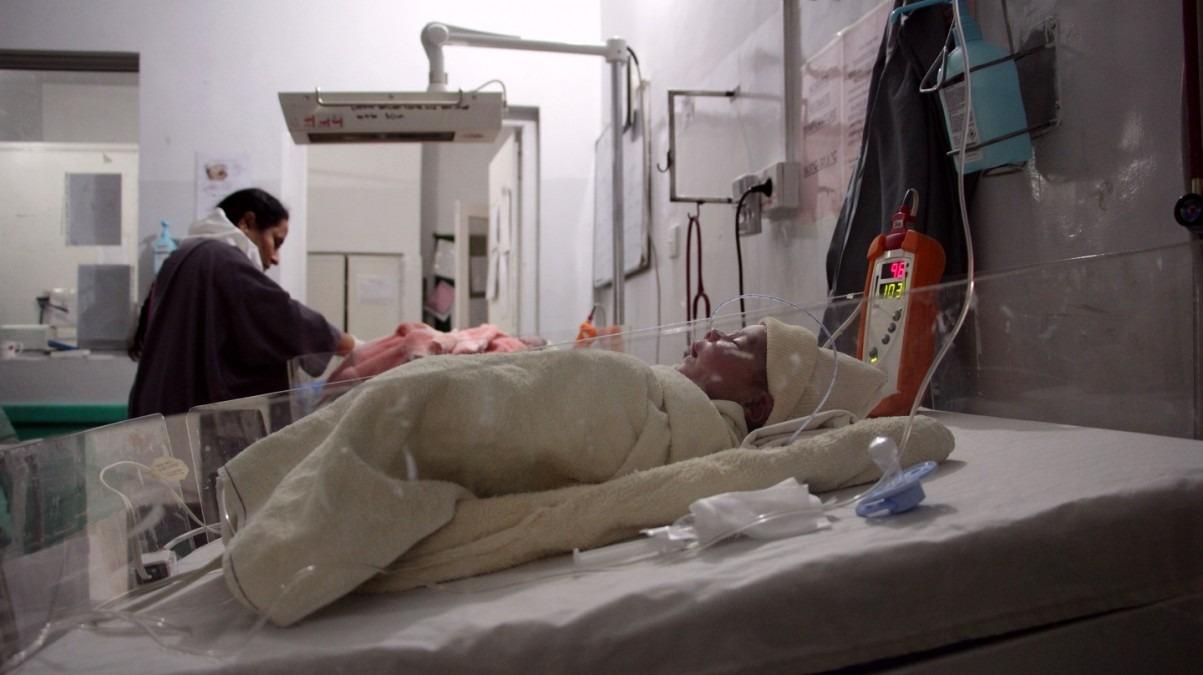 Un bébé dans l'unité des nouveau-nés (NBU) de l'hôpital des femmes de Peshawar. Ce type d'unité est encore précurseur au Pakistan. Pakistan, octobre 2018. © Laurie Bonnaud/MSF