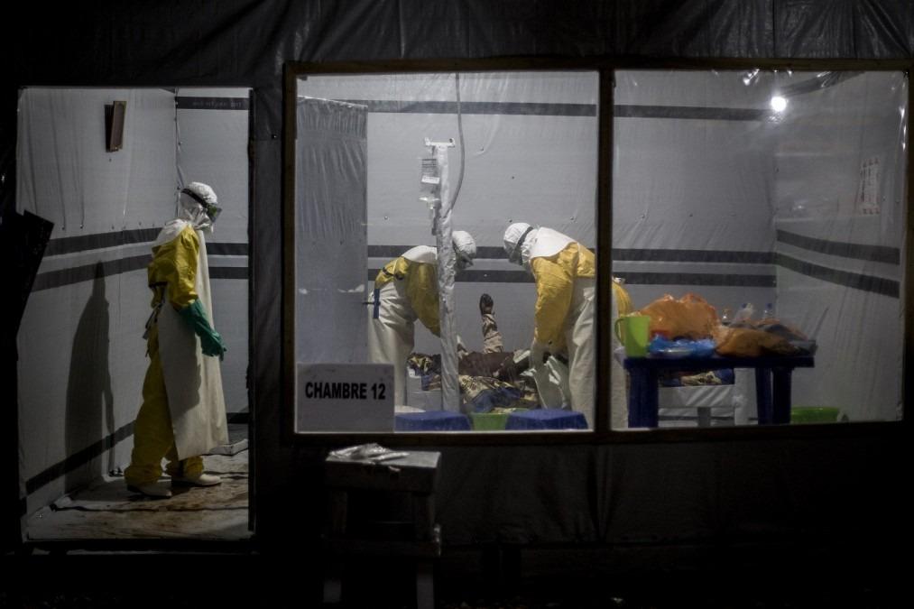 À l'intérieur d'un centre de traitement Ebola soutenu par MSF, des agents de santé traitent un patient suspecté d'être atteint du virus Ebola. Novembre 2018. RDC. © John Wessels