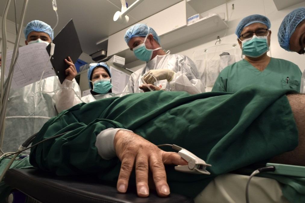 Saad, (le nom du patient a été modifié) est sur le point de subir sa quatrième opération and la structure de soins post-opératoires à Moussoul.  © Candida Lobes/MSF