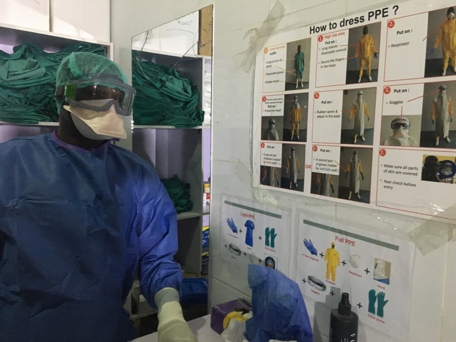 Healthcare workers and relatives need to wear personal protective equipment when in contact with patients infected with Lassa fever. © Brienne Prusak/MSF