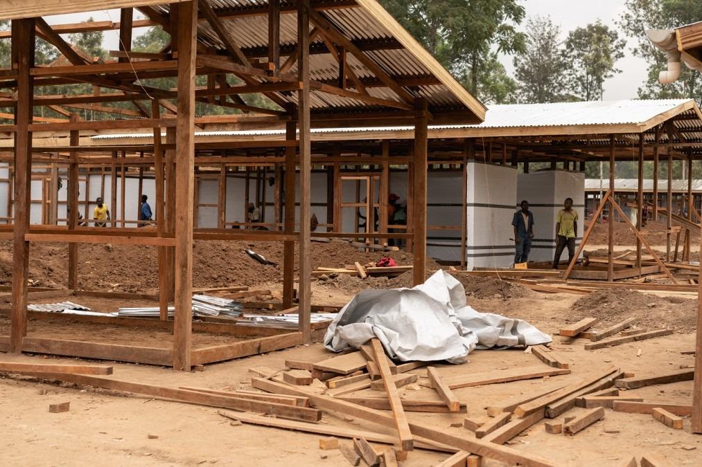 Vue du chantier de construction du nouveau centre de traitement Ebola à Katwa.  Suite à l'augmentation du nombre de nouveaux cas confirmés dans et autour de la ville de Butembo, les équipes de MSF ont renforcé leur réponse avec l'ouverture d'un deuxième c