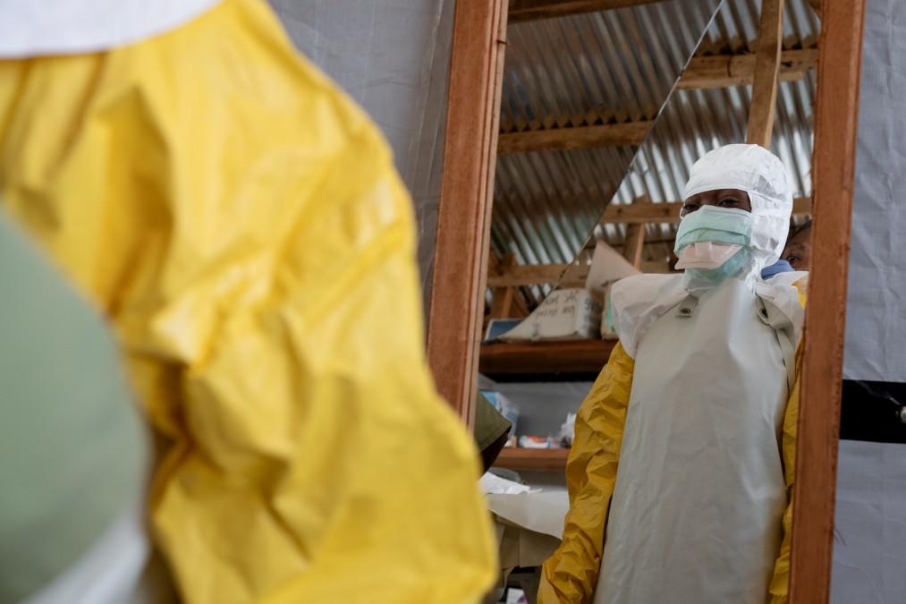 Un membre du personnel MSF du centre de transit de Beni se prépare pour sa visite dans la zone à haut risque du centre de traitement Ebola. © Gabriele François Casini/MSF