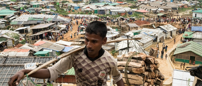 Un Rohingya transporte du bois dans le méga-camp de Kutupalong- Balukhali, dans le district de Cox's Bazar, au Bangladesh. Août 2018. © Robin Hammond/NOOR