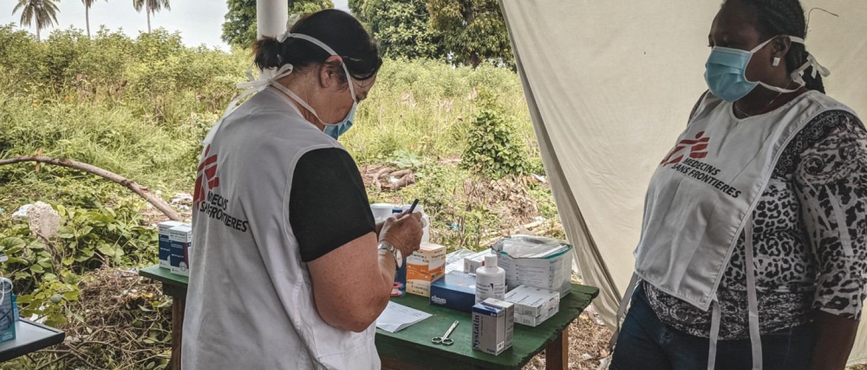 Des infirmières MSF préparent des médicaments pour un patient aux Cayes. 31 août 2021