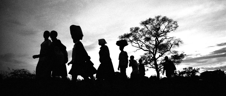 La guerre entre l'Armée de résistance du Seigneur et les forces armées du président Museveni a poussé des milliers d'enfants à quitter les villages du district de Gulu pour trouver un abri sûr en ville. Juin 2004. Ouganda. © Francesco Zizola/Noor